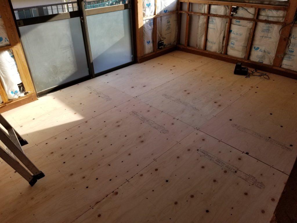 寝室の床の下地の施工中